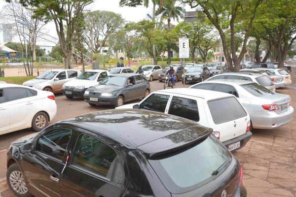 Área central de Dourados está sem vagas de estacionamento. Foto: Marcos Ribeiro) -