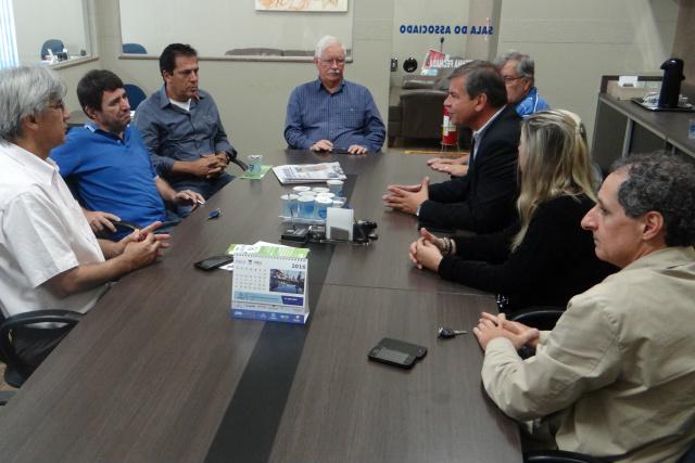 Diretor da EXP e Mito Gebara durante reunião com diretores da Aced; cobrança já está marcada. - Crédito: Foto: Divulgação