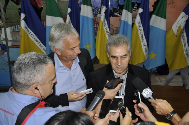 Governador Reinaldo Azambuja durante entrevista coletiva na Expoagro na sexta-feira. - Crédito: Foto: Hedio Fazan