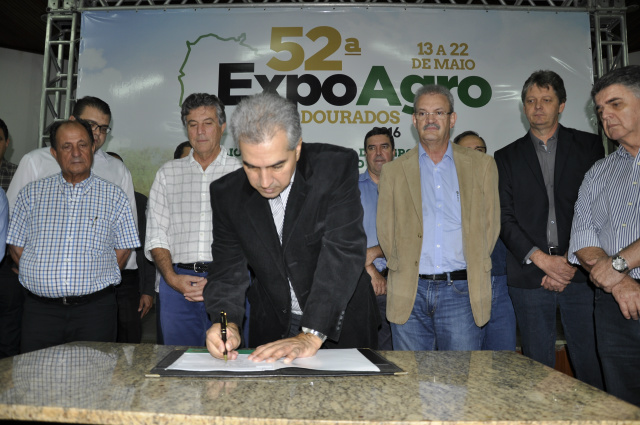 Governador assinou na noite de sexta-feira,  em Dourados, decretos que beneficiam agricultores. - Crédito: Foto: Hédio Fazan