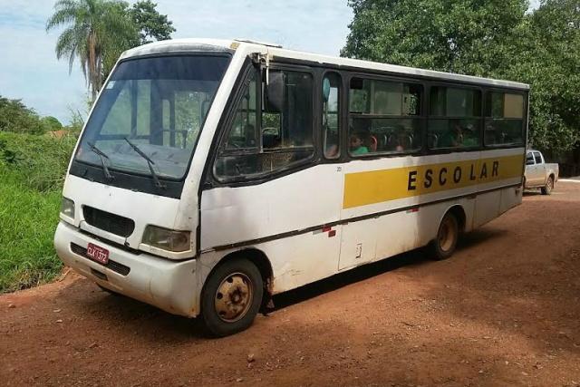 Ônibus abordado pela PRF transportava 12 alunos sem segurança. - Crédito: Foto: Divulgação