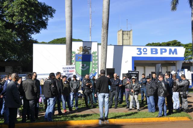 Ontem, em Dourados, pelo menos 70% do efetivo protestou. - Crédito: Foto: Hedio Fazan