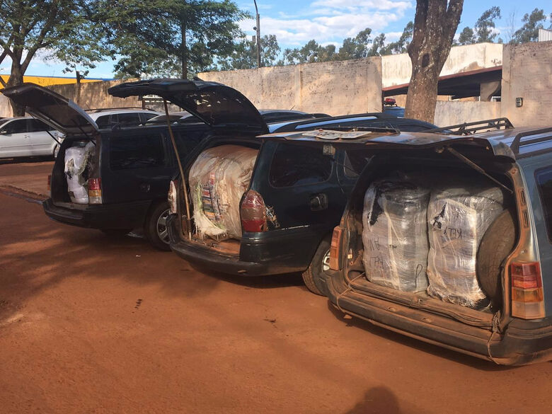 Veículos são apreendidos com R$ 400 mil em contrabando -
