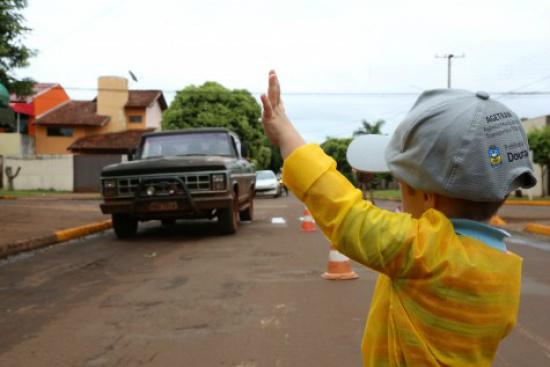 Crianças levaram conscientização sobre o trânsito para frente do Ceim. - Crédito: Foto: Divulgação/A. Frota