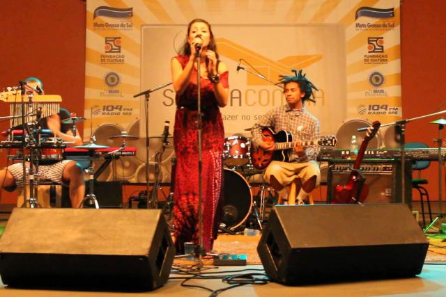 Primeiro trabalho da cantora e compositora será lançado no domingo - Crédito: Foto: Divulgação