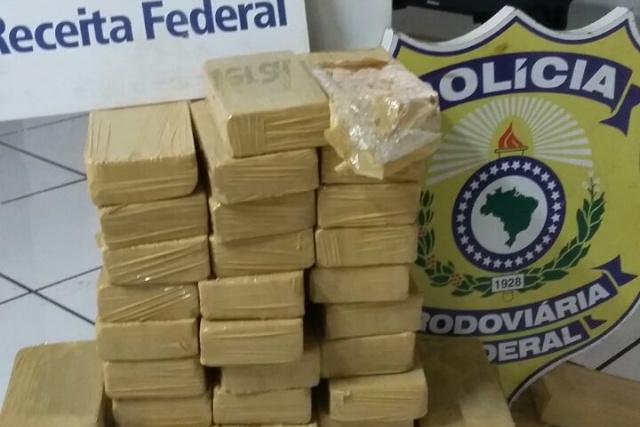 Cocaína encontrada no caminhão foi pesada e totalizou 40 quilos. - Crédito: Foto: Divulgação