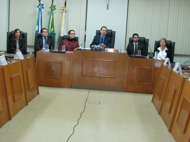 Procurador-Geral de Justiça Paulo Passos, ao centro, durante entrevista coletiva à imprensa ontem em Campo Grande, anuncia a denúncia contra 24 pessoas. - Crédito: Foto: Elvio Lopes
