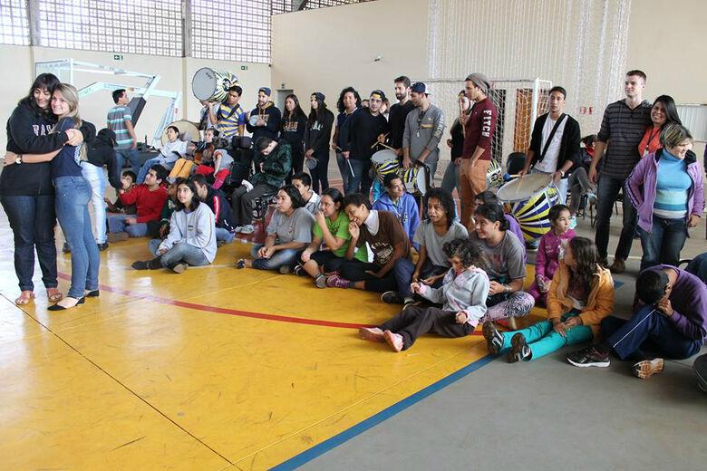 Estudantes das engenharias Mecânica e Civil em tarde de lazer na Pestalozzi Fotos: Divulgação -