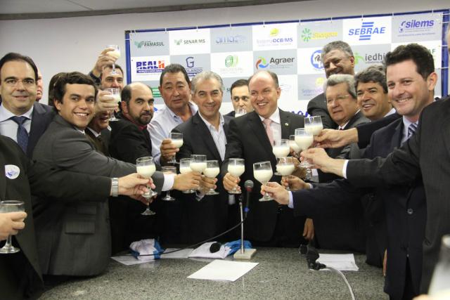 Medida foi anunciada pelo governador durante cerimônia em alusão ao Dia Mundial do Leite, realizada na Assembleia Legislativa ontem - Crédito: Foto: Chico Ribeiro