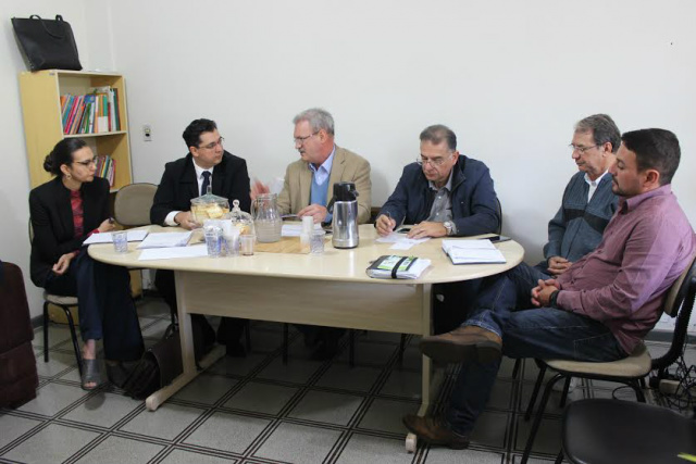 Deputado Geraldo Resende durante recente reunião com setores da Saúde Pública para tratar  sobre crise no setor. - Crédito: Foto: Divulgação