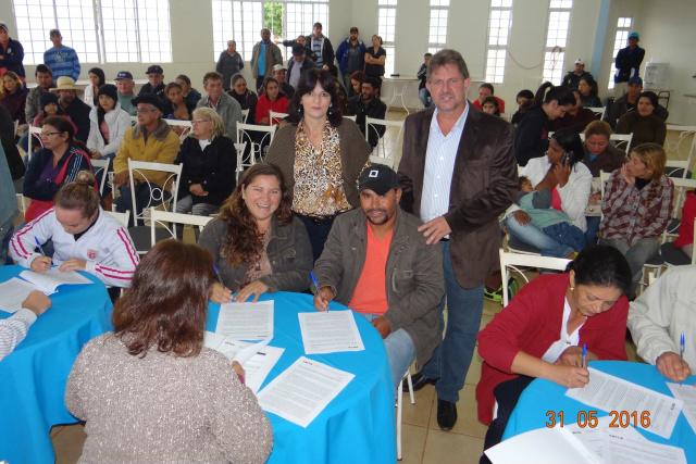 Cinquenta e uma famílias beneficiárias assinaram contrato com a Caixa Econômica Federal. - Crédito: Foto: Simone Burin