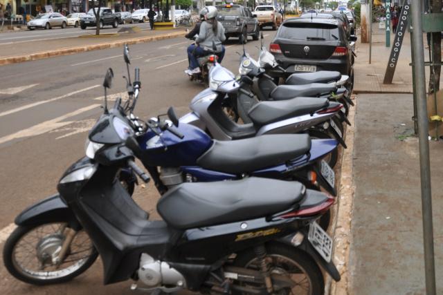Motociclistas que também pagariam para estacionar, a partir do mês que vem, estão desobrigados. - Crédito: Foto: Hedio Fazan