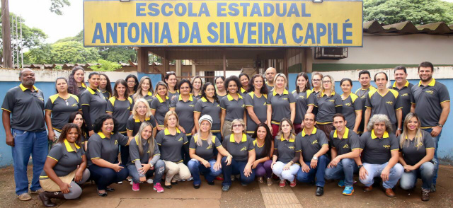 Equipe de profissionais da escola Antônia da Silveira Capilé confeccionaram camisetas. - Crédito: Foto: Divulgação
