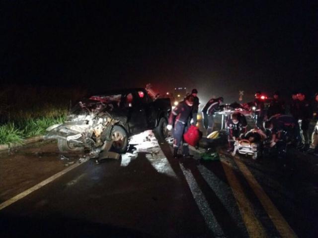 Caminhonete ficou com a frente destruída. Suspeitos foram socorridos pelo Samu - Crédito: Foto: Divulgação/ PRF