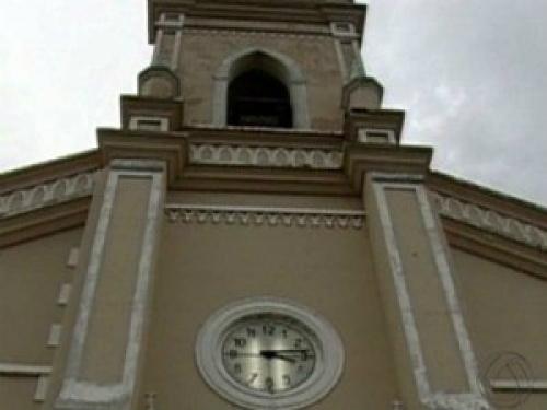 Segundo o padre Fábio Vieira, o telhado do templo é antigo, tem três camadas de forro e precisa de um trabalho de recuperação geral. - Crédito: Foto: Divulgação/TV Morena