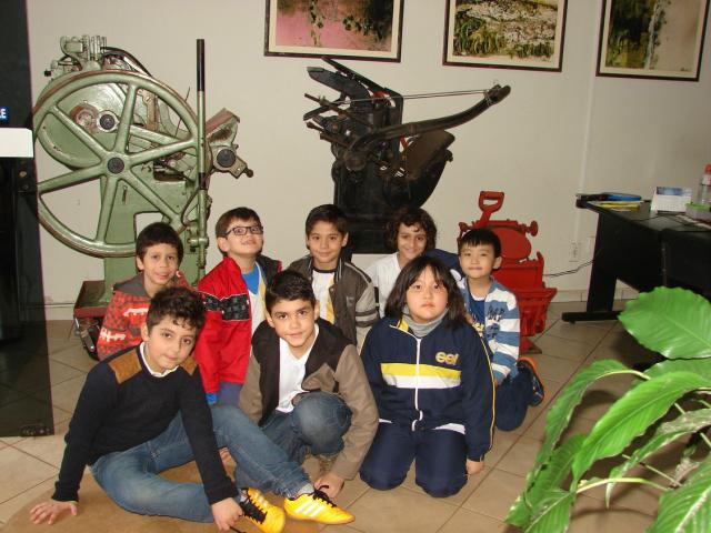 Estudantes conheceram antigos maquinários de impressão do jornal. - Crédito: Foto: O PROGRESSO
