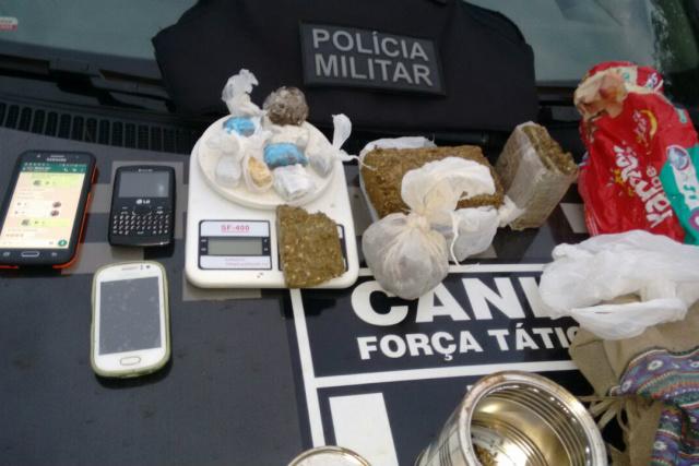 Drogas e petrechos apreendidos em Dourados na ação DOF/BPM. - Crédito: Foto: Divulgação