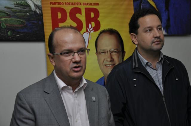 Barbosinha conversa com membros da Executiva Municipal do PSB e com pré-candidatos do partido durante encontro  na sexta-feira. - Crédito: Foto: Hédio Fazan