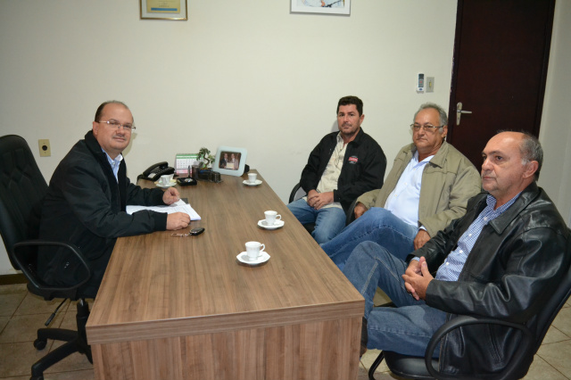 Evandro Barbosa, Irinel Pael e Wanderlei Barbosa reunidos com Barbosinha para discutir eleição. - Crédito: Foto: Marcos Santos
