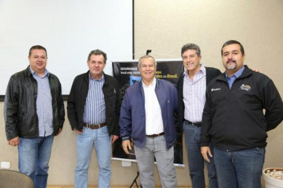 Prefeito Murilo reunido com diretores do Aeroclube tratando a apresentação da Esquadrilha da Fumaça. - Crédito: Foto: Divulgação/A. Frota