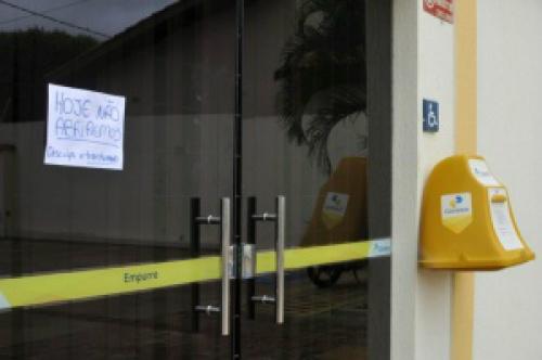 Na manhã desta segunda-feira, um bilhete na porta informava que a agência não iria funcionar. - Crédito: Foto: Alcides Neto/Divulgação