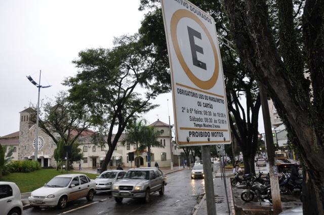 Concessionária passa a cobrar pelo estacionamento em Dourados. - Crédito: Foto: Hedio Fazan