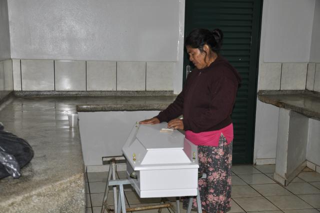 Em salinha mal estrutura para exame de necropsia avó aguarda cinco horas liberação do corpo. - Crédito: Foto: Hedio Fazan
