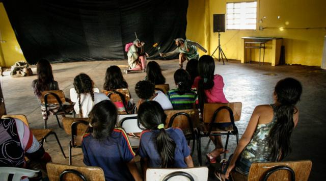 Teatro de rua cativa crianças indígenas -
