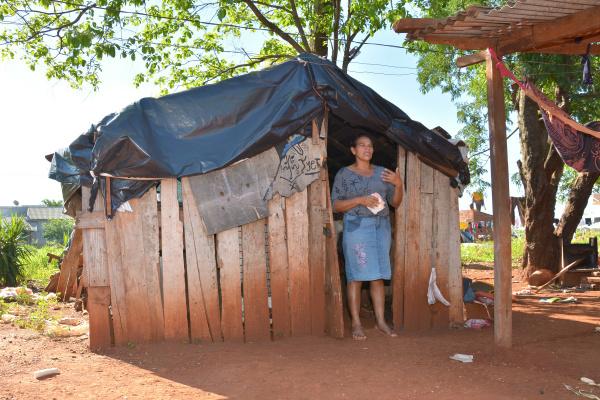 Muitos indígenas ainda vivem em situação precária, passando frio em barracos de lona nas aldeias -