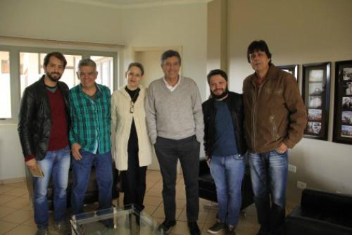 Prefeito Murilo e secretário Carlos Fábio reunidos com membros do Conselho Municipal de Política Cultural de Dourados. - Crédito: Foto: A.Frota/Assecom