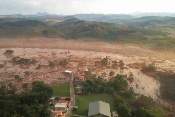 Comitê Interfederativo deu 10 dias para que Samarco detalhe como vai conter rejeitos de minério que continuam escoando pela bacia do Rio DoceCorpo de Bombeiros/MG. - Crédito: Foto: Divulgação