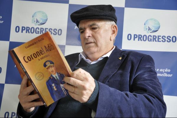 """Segundo o autor, que é major da PM e mebro da Academia Sul-Mato-Grossense de Letras, a obra fala sobre os bastidores da Segurança Pública e traz """"causos"""" relatados pelo próprio personagem -"""