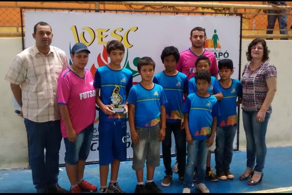 Dirigentes da área de educação e esportes de Caarapó com atletas de escolas da cidade -