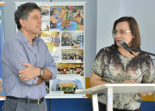 Prefeito Murilo coma secretária de Assistência Social, Ledi Ferla; Prefeitura cria mais um programa criado para amparar pessoas em situação de risco. - Crédito: Foto: Assecom