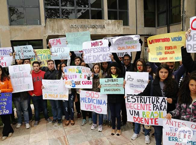 Estudantes durante protesto na governadoria Foto: Luiz Alberto/ Midiamax -