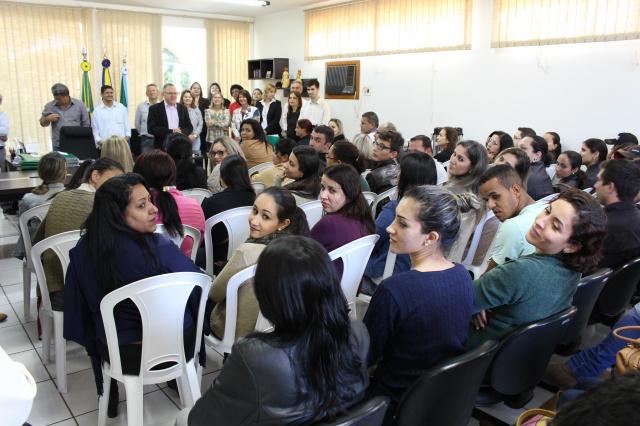 Prefeito de Ivinhema Tuta e secretários municipais durante reunião com os servidores aprovados. - Crédito: Foto: Paulo César