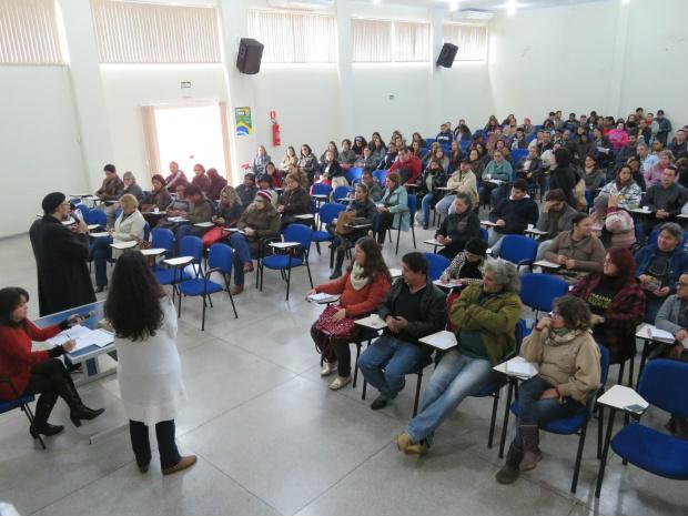 Educadores da redes estadual e municipal reunidos em assembleia na manhã de quarta-feira. Foto: Assessoria/Simted -