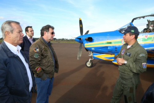 Diretoria do Aeroclube de Dourados reunida com o major Costa e o tenente Yoshida, da Esquadrilha da Fumaça: preparativos para apresentação em Dourados no dia 18. - Crédito: Foto: A. Frota/Assecom