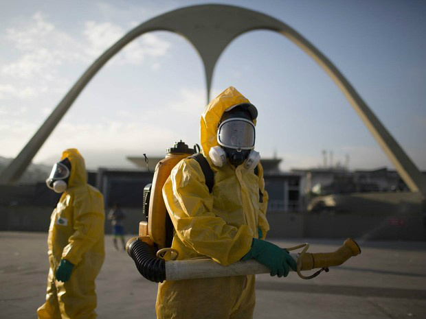 Equipe de saúde faz trabalho de prevenção contra o mosquito Aedes aegypti, que transmite doenças como a dengue e o vírus zika, no sambódromo da Sapucaí, no Rio de Janeiro - Crédito: Foto: Leo Correa/AP