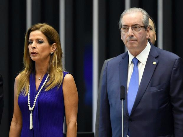 Claudia Cruz, mulher do presidente suspenso da Câmara dos Deputados Eduardo Cunha, ao lado dele durante cerimônia no congresso em novembro de 2015 - Crédito: Foto: Evaristo Sá/AFP/Arquivo