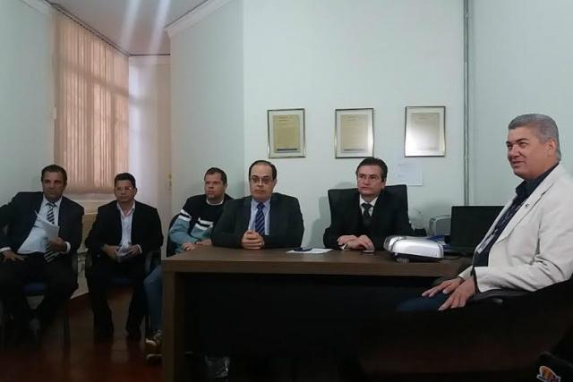 Representantes de órgãos de fiscalização durante coletiva de imprensa na Delegacia Regional ontem. - Crédito: Foto: Flávio Verão