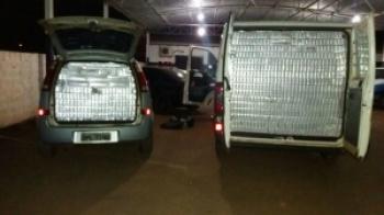 Os dois veículos abarrotados de cigarros foram apreendidos pela PM. - Crédito: Foto: Divulgação