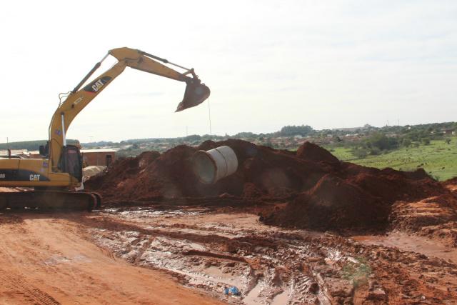Obras de drenagem em andamento nos bairros Vila Alta e Jardim Paraíso IV, na cidade de Naviraí. - Crédito: Foto: Assessoria