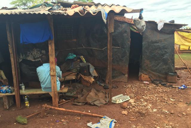 Muitas famílias vivem em barracos improvisados de madeira, de lona ou de sapê. - Crédito: Foto: Carlos Buckholz
