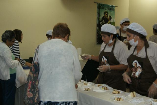 Distribuição do bolo de Santo Antônio realizada em edição anterior da homenagem ao santo casamenteiro. - Crédito: Foto: Elvio Lopes