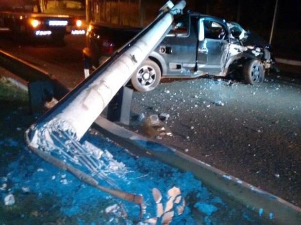 Carro bateu e derrubou poste na avenida Ernesto Geisel, em Campo Grande - Crédito: Foto: José Aparecido/ TV Morena/ Divulgação
