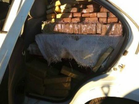 Carro estava lotado de tabletes de maconha  - Crédito: Foto: PMRE/ Divulgação