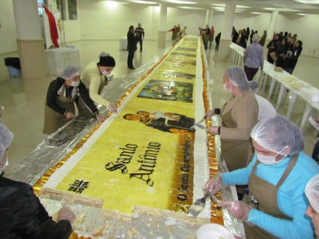 Bolo de 21 metros de comprimento pesando uma tonelada foi distribuído ontem a fiéis na Capital. - Crédito: Foto: Elvio Lopes