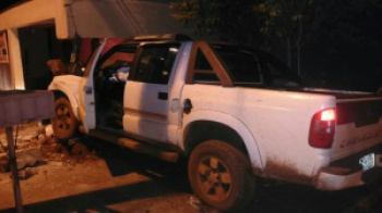 Camionete danificou muro de residência, padrão de energia e portão de elevação. - Crédito: Foto: Divulgação