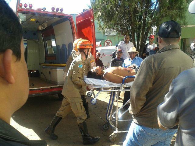 Momento da chegada de uma das vítimas no Hospital São Mateus. - Crédito: Foto: Miguel Vasconcellos Filho